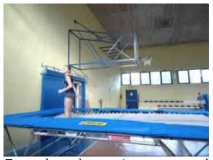 Trampolino elastico (attrezzo propedeutico e propriocettivo per migliorare posizioni e controllo del proprio corpo nello spazio).